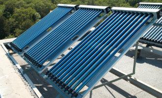 zonnecollectoren op plat dak door het plaatsen van een helling